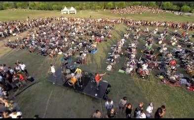 1000 ľudí hrajúcich pieseň od Foo Fighters. Talianski rockeri chcú, aby ich Dave so skupinou prišiel pozrieť do Ceseny