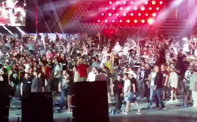 1000 ľudí milujúcich hudbu je späť a strihli si rovno celovečerný koncert. Hrali skladby od Nirvany či Davida Bowieho