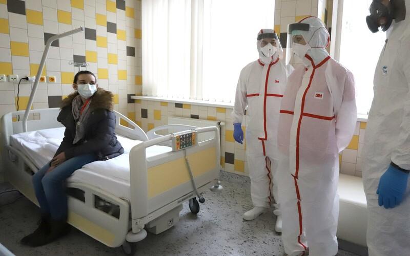 V Česku zemřelo už 99 pacientů s Covid-19, nakazilo se 5 221 lidí.