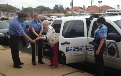 102letá stařenka si splnila sen. Nechala se zatknout a odvézt na zadním sedadle policejního auta