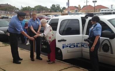 102-ročná starenka si splnila sen. Nechala sa zatknúť a odviezť na zadnom sedadle policajného auta