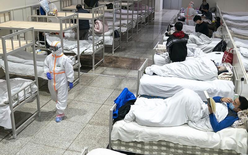 Do Wu-chanu přivezli tisíce uren. Vyvolávají otázky o skutečném počtu obětí koronaviru.