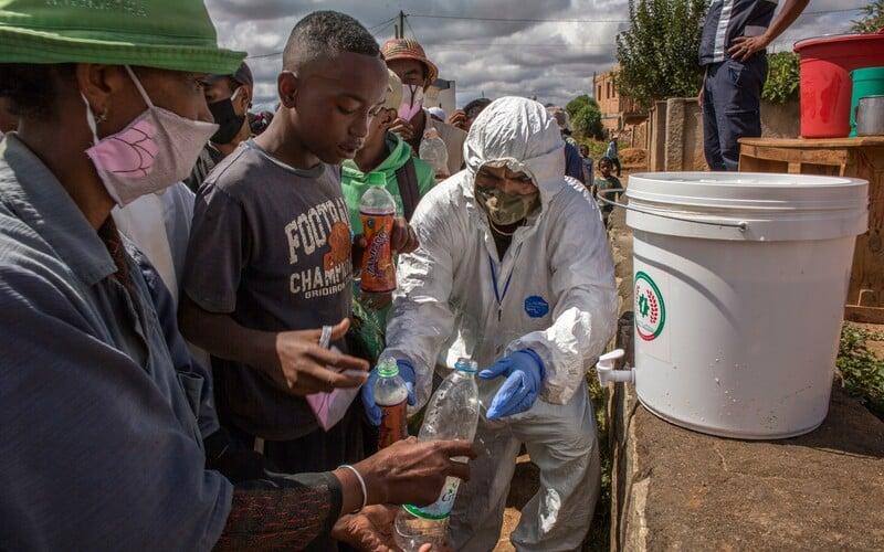 Do Afriky sa vraj koronavírus blíži plnou rýchlosťou, Juhoafrická republika pripravuje 1,5 milióna hrobov.