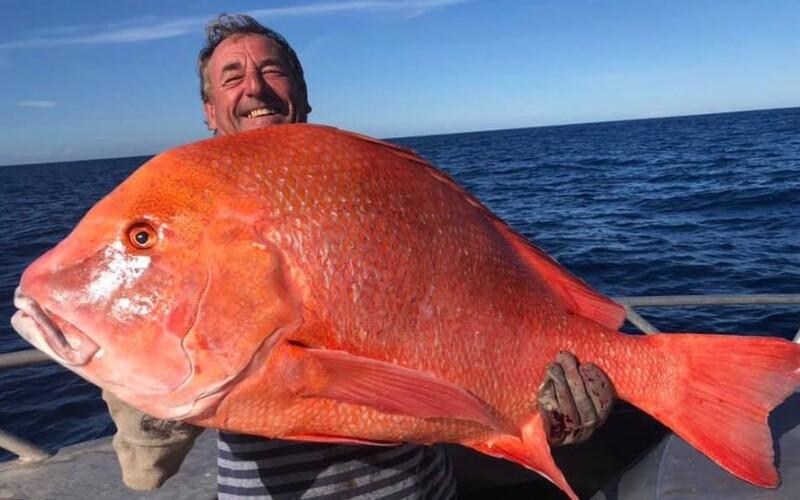 Rybář chytil rekordní úlovek, který sotva udržel. Více než metrovou rybu tahal z vody přes 20 minut.
