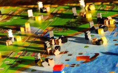 12 spoločenských hier, ktoré ti spríjemnia karanténu