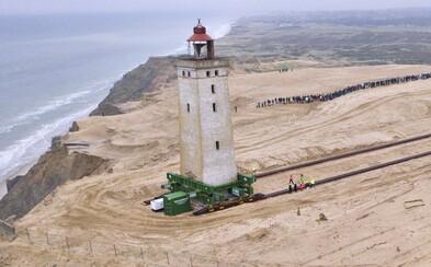 120-ročný maják sa rútil do mora. Po koľajniciach ho presunuli o 70 metrov ďalej od brehu