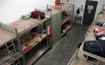 12-lôžkové izby a špinavé sprchy. Ubytovne ľudí, ktorí pracovali na výrobe iPhonu, nie sú žiadny luxusný hotel