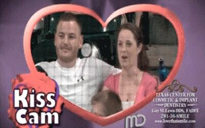 13 vtipných gifiek zachytených na kiss cam počas prestávok športových zápasov