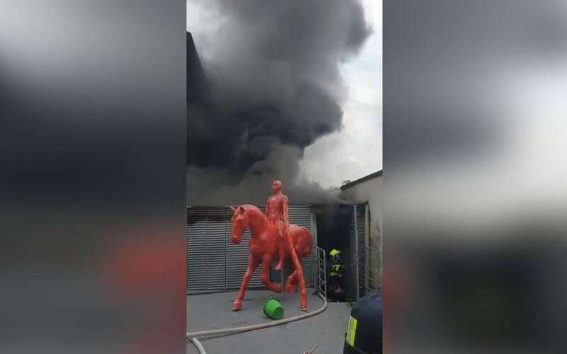 VIDEO: Na Kampě hoří. Hasiči bojují s plameny vedle Muzea Kampa.