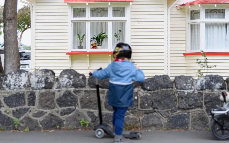 Deti po celom svete rozptyľuje popri koronavíruse nová zábavka. Ľudia vo viacerých krajinách vystavujú vo svojich oknách plyšových mackov. Chcú tak potešiť deti, ktoré trávia väčšinu času doma.