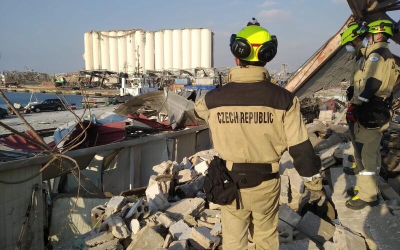 Čeští hasiči pracují v troskách bejrútského přístavu. Pohybují se do 500 metrů o epicentra výbuchu.