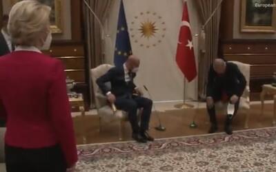 Pre Ursulu von der Leyenovú v Turecku nepripravili stoličku, musela si sadnúť na gauč. Mohlo ísť o cielený krok.