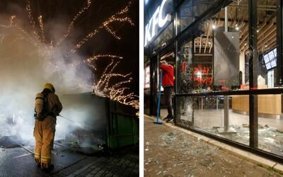 Holanďania protestujú proti zákazu vychádzania. Rozbíjajú výklady, autobusové zástavky, bijú policajtov aj novinárov.