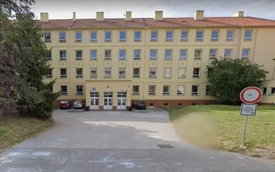 15-ročné dievča v Česku vypadlo z okna školy, zraneniam podľahlo.