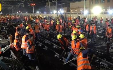 1500 čínských pracovníků postavilo železniční trať pro novou stanici jen za 9 hodin