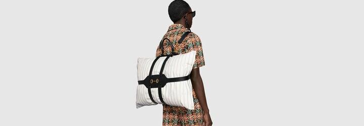 Polštář namísto batohu? Designéři Gucci říkají ano a přidávají k tomu kožené popruhy za více než 75 tisíc korun