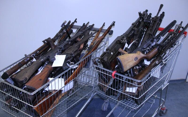 Slovák odovzdal policajtom celý arzenál zbraní: 34 pušiek, samopalov aj guľometov. Zbavil sa ich v rámci zbraňovej amnestie.