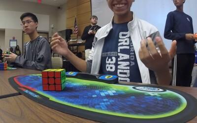 15-ročný chlapec zložil Rubikovu kocku za 4,69-sekundy a stanovil tak nový svetový rekord. Svojím výkonom vyrazil dych všetkým okolo