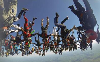 164 parašutistů při letu střemhlav dolů překonalo nádhernou formací světový rekord