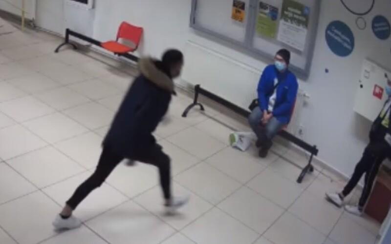Policie vypátrala mladíka, který zkopal 49letého muže za to, že ho upozornil na roušku.