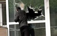 """16-ročný chlapec rozbil okno na policajnom riaditeľstve v Banskej Bystrici. """"Prišiel som si pre drogy,"""" vravel"""