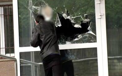 """16letý chlapec rozbil okno na policejním ředitelství v Banské Bystrici. """"Přišel jsem si pro drogy,"""" řekl"""