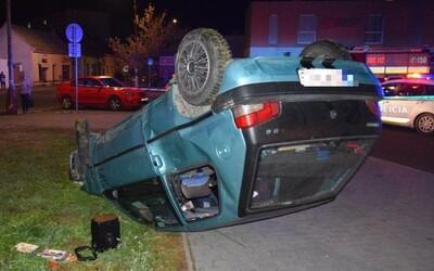 17letého Slováka pronásledovala policie. S autem přeletěl přes plot a srazil tři lidi