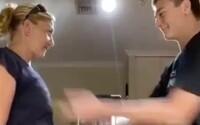 17letý mladík v internetové výzvě praštil svou mámu po prsou do rytmu hudby. S nadšením souhlasila, tvrdí