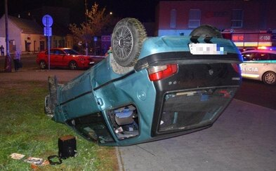 17-ročného Slováka prenasledovala polícia. S autom preletel cez plot a zrazil troch ľudí