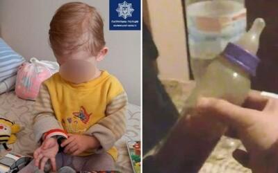 18-mesačné dievčatko našli na ulici s fľaškou čaju a vodky. Jeho rodičia sa zatiaľ opíjali v bare