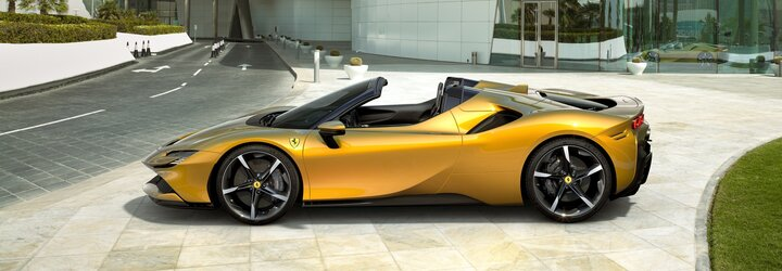 Nejvýkonnější a nejrychlejší silniční Ferrari přišlo o střechu. Plug-in hybrid SF90 Spider má 1 000 koní