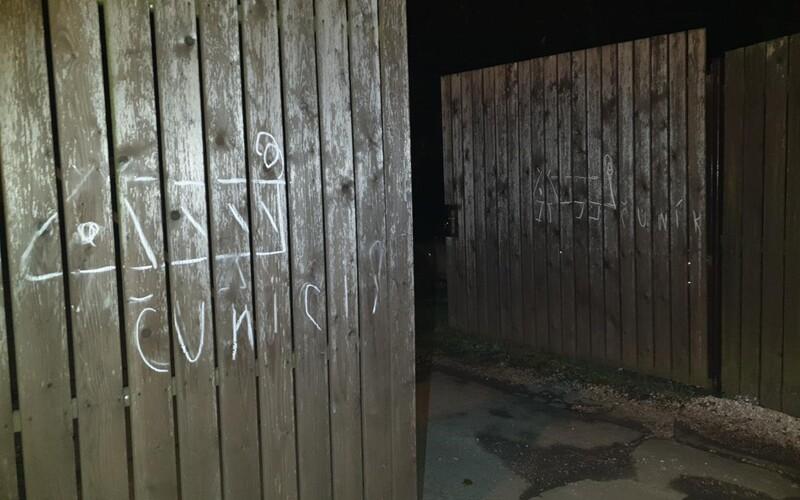 Seniorka kreslila čuníky na policejní vrata. Zřejmě se mstila za odvoz na záchytku.