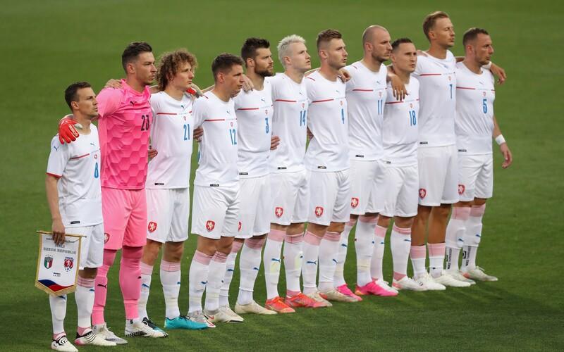 Čeští fotbalisté na mistrovství Evropy nepokleknou. Zvolí jiné gesto.