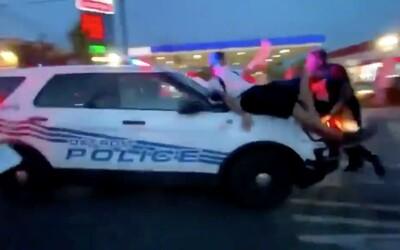 VIDEO: Policejní SUV vjelo přímo do skupiny demonstrantů. Některé nabralo na kapotu a vezlo desítky metrů.