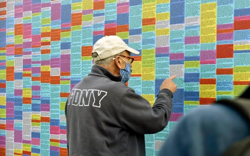 V americkom Brooklyne vznikla stena lží Donalda Trumpa. Jeho priaznivci ju už stihli poškodiť.