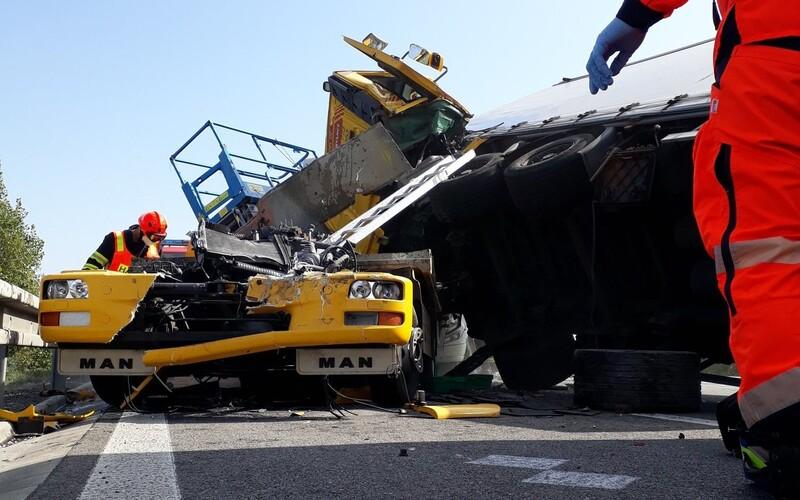 Na 210. kilometru dálnice D1 se stala řetězová nehoda. Dva muže museli vyprošťovat hasiči.