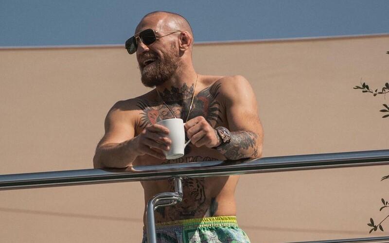 FOTO: McGregor dorazil na UFC na obrovskej jachte, potom prestúpil do Rolls Royce a odviezol sa do karantény.