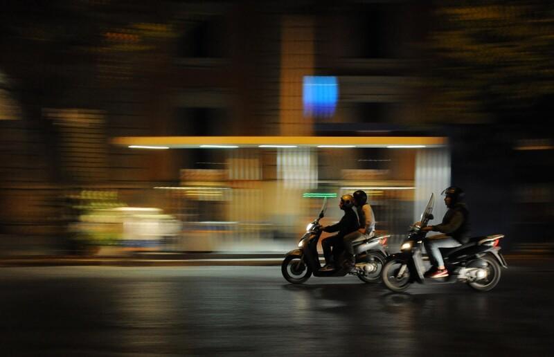 Ako má motocyklista predbiehať iné vozidlá na bežných cestách?
