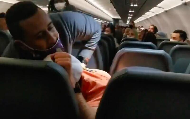 VIDEO: Pasažéra museli svázat lepící páskou. Osahával letušky a útočil na personál. Křičel, že jeho rodiče jsou milionáři.