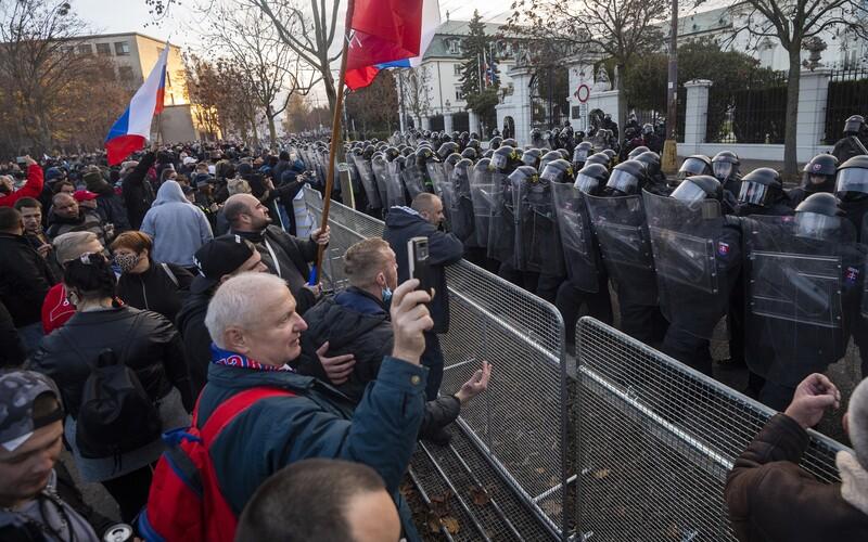 Slovák sa bez rúška zúčastnil novembrového protestu proti opatreniam. Nakazil sa koronavírusom a zomrel.