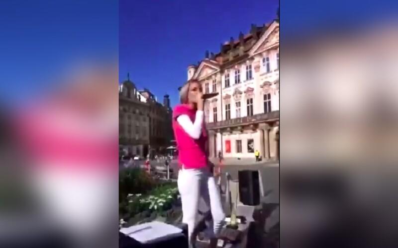 """VIDEO: """"Roušky dolu!"""" rapovala dívka na Staroměstském náměstí."""