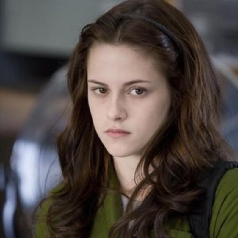 """Odkiaľ pochádza tento citát? """"Po prvé, Edward je upír. Po druhé, jedna jeho časť, a ja neviem, nakoľko silná, prahne po mojej krvi. A po tretie, som doňho bezvýhradne a neodvolateľne zaľúbená."""""""