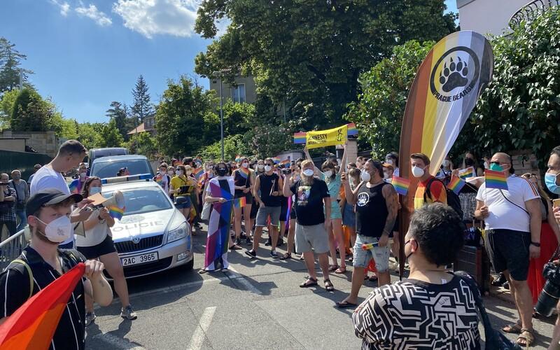 """FOTO: """"Dostávám výhrůžky smrtí, protože jsem gay,"""" říká organizátor LGBT demonstrace v Praze. Maďarský zákon vyvolal vlnu odporu."""
