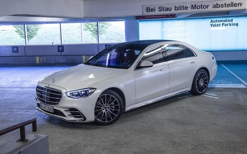 Mercedes-Benz s novým vozem třídy S spouští pilotní projekt automatizovaného parkování bez řidiče.