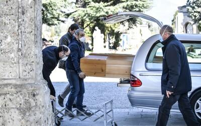 Itálie zakázala pohřby. Oběti koronaviru často pohřbívají osamotě.
