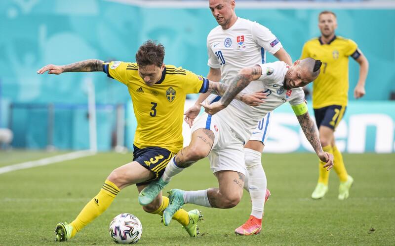 Slovensko prehralo so Švédskom na majstrovstvách Európy. Postup do osemfinále zatiaľ nie je istý.