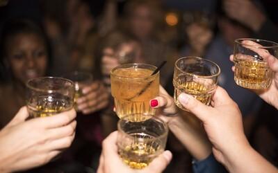 Američania sa počas pandémie opíjajú. Stúpajú predaje tvrdého alkoholu ako tequila či gin.