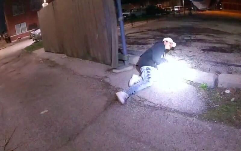 Americký policista zastřelil 13letého chlapce poté, co odhodil zbraň a vzdal se.