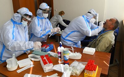 Počet nově nakažených znovu přesáhl 10 tisíc, včera v Česku zemřelo dalších 75 lidí s covidem-19.