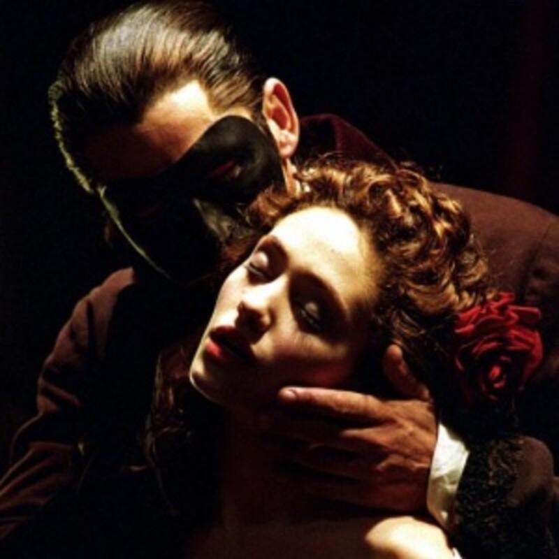 Kto si zahral Fantóma opery v rovnomennom muzikáli Joela Schumachera?